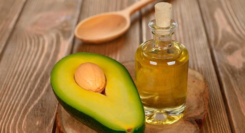 A hidratação com azeite de oliva nutre e hidrata a fibra capilar, deixando os fios alinhados e com pouco volume.