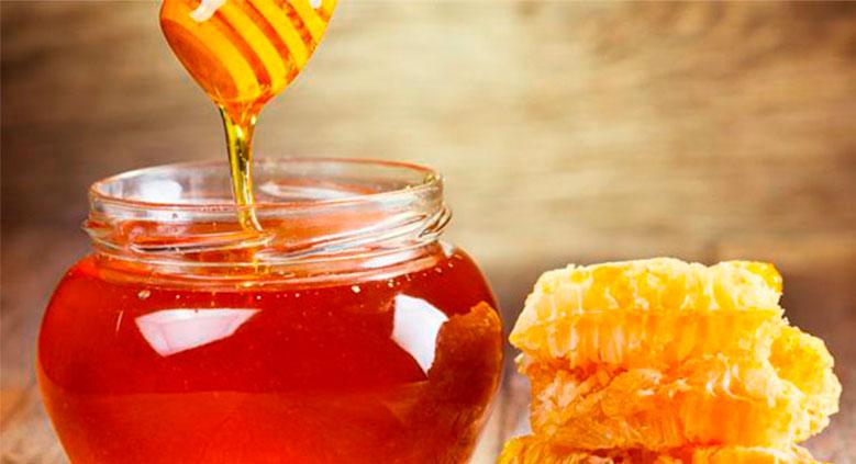 A hidratação com abacate e mel, é ideal para cabelos ressecados e pode ser feita 1 vez por semana.