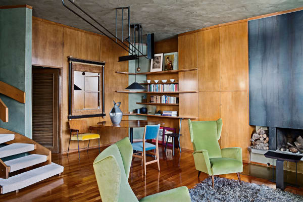 Hellblau, Pastellgrün, Gelb und dazu mittelbraunes Holz – das sind die Farben Italiens um 1960. Im Wohnzimmer stehen Sessel von Gio Ponti, Stühle von Parisi und ein Tisch von Ignazio Gardella.