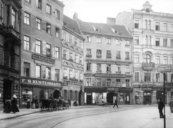 Im Zweiten Weltkrieg wurden die beiden Ladengeschäfte am Viktualienmarkt zerstört. Die wiedererbauten Gebäude stehen heute unter Denkmalschutz.