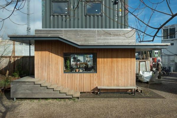 """Das """"Tiny Office"""" ist auch von Außen teilweise mit Holz verkleidet."""