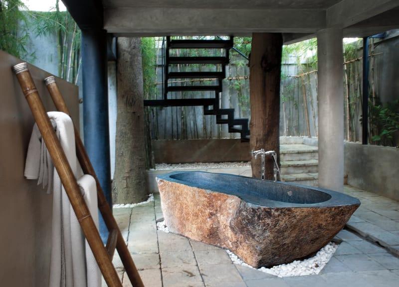 Unter dem Gästehaus befindet  sich ein Freiluft-Bad, dessen Wanne aus einem Granitblock gehauen wurde.