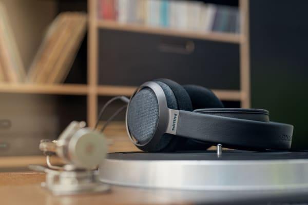 Der räumliche, audiophile Klang wird dank Multi-Layer-Treibern mit 50 mm Durchmesser geliefert.