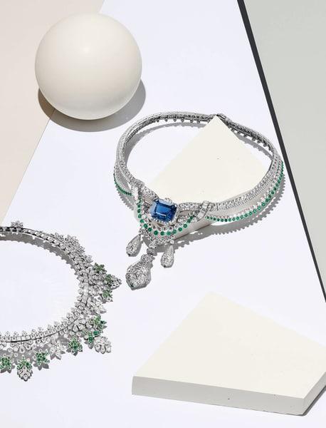 """Es grünt! Van Cleef & Arpels' Eisblumencollier ist reversibel        – auf der Rückseite sprießen Tsavorite und Smaragde an den        Diamantblättchen. Am """"Pégase""""-Collier prangt ein königlicher        45-Karat-Saphir, die diamantbesetzten, reliefierten Pen- dants können        als Clip-Brosche abgenommen werden. Zwei neue Kronjuwelen des Pariser        Hauses. vancleefarpels.com."""