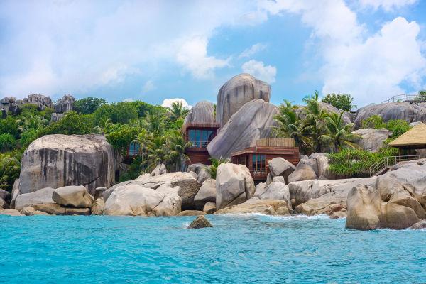 """Naturschönheit: Das """"Six Senses Zil Pasyon"""", auf einer privaten        Seychelleninsel mit dem klingenden Namen """"Félicité"""" gelegen, eröffnet        seinen Wellnessbereich. Der besteht aus lauter Villen, die wie Blumen in        die Natur gesetzt wurden."""