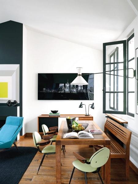 Albers vs. Albers: Die Wände im Salon erweisen Josef Albers' Quadrat-Gemälden die Reverenz. Den Essbereich – Tisch und Bank sind Entwürfe von Florence Lopez – krönt eine Leuchte von Pierre Guariche.