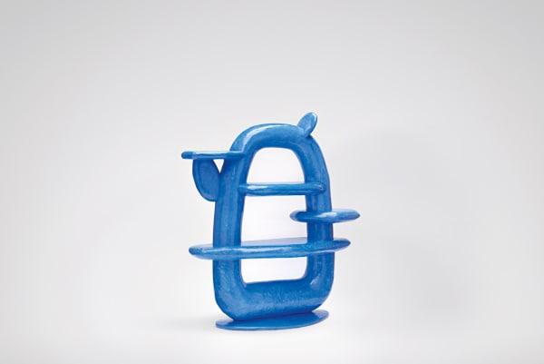 Das kobaltblaue Regal ist der jüngste Neuzugang und wurde im September im Londoner Design Museum präsentiert.