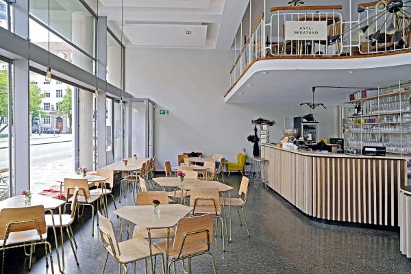 Begegnungsstätte: Die von Designer Michael Geldmacher mit Studentender Hochschule München für das Café entworfenen Möbel kann man kaufen – mehr Informationen unterbellevuedimonaco.de