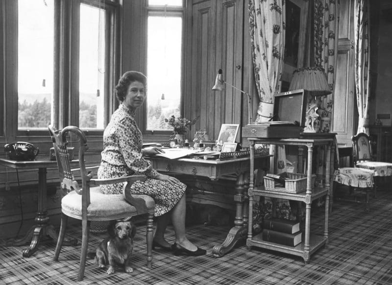 Historische Aufnahme der Queen an ihrem Arbeitsplatz