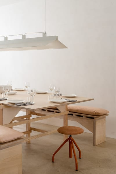 Gäste finden an großen Tischen Platz – wie beim Dinner mit Freunden oder Familie.
