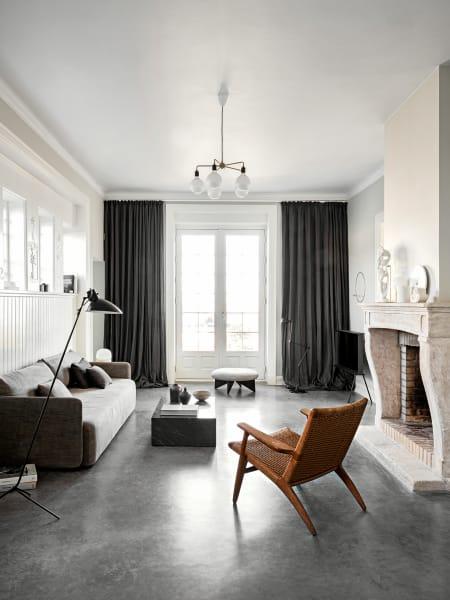 """Viele Entwürfe des Büros Norm Architects entstehen für das dänische Label Menu– etwa  das Sofa und der Marmorbeistelltisch """"Plinth"""" im Wohnzimmer. Den """"Utility""""-Hocker produziert Fogia. """"CH25""""-Sessel von Hans J.  Wegner, """"Serif""""-TV von Samsung."""