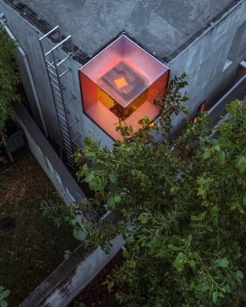 Das Oberlicht schenkt dem Wohzimmer nicht nur Licht, sondern transportiert die leuchtende Wandfarbe auch nach Außen.