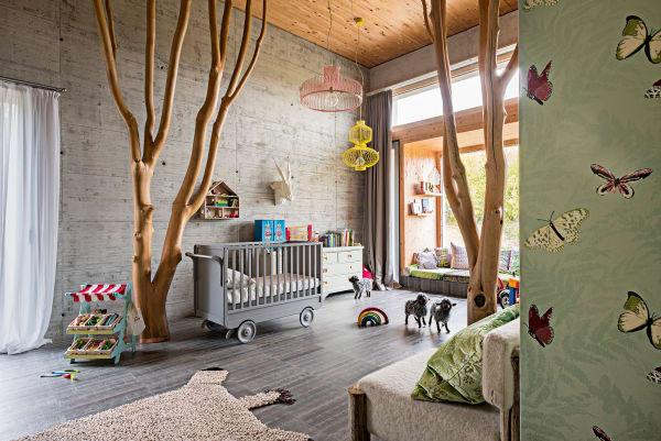 """An der Kinderzimmerwand flattern Schmetterlinge über die Tapete von Nina Campbell. """"Das Zimmer ist wie eine Reise in ein Abenteuerbuch – und die        Kinder spielen ihre eigenen Geschichten"""", erklärt die Designerin Monica        Damonte."""