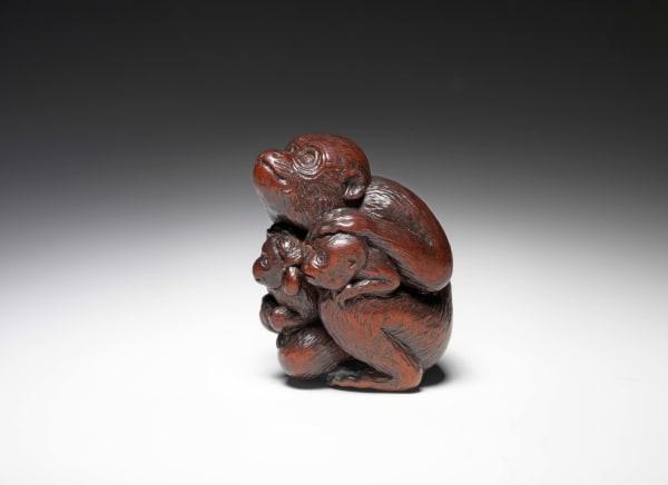 """Seitenansicht: """"Affe mit Jungen"""", Netsuke aus Kirschholz, signiert in ukibori; Tametaka, Nagoya, um 1770, Höhe: 4, 8 cm. Preis auf Anfrage, Galerie Sydney L. Moss, London. slmoss.com"""