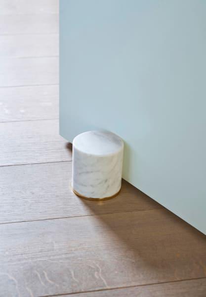 Carrara-Marmor auf vergoldetem Stahlring – der hält ewig! Von Opinion Ciatti, 130        Euro.