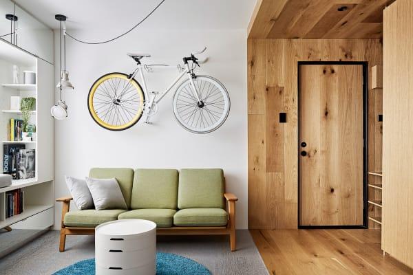 """Le Corbusiers Pendelleuchte """"Projecteur 165"""" hängt im Apartment in Melbourne."""