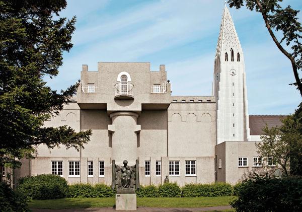 Bei der Sanierung in den Achtzigern entstand auch der Skulpturengarten hinter dem Museum. Rechts der Turm der Hallgrímskirkja, entworfen von Guðjón Samúelsson.
