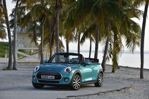 "Karibkfeeling mit dem neuen Mini Cooper Cabrio in ""Carribean Aqua metallic""."