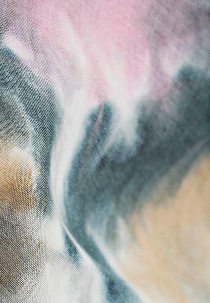 """Mit der Kollektion """"Spheres"""" greift Kinnasand das Thema Bewegung auf: Muster """"Bayou""""  (156 Euro/m) fließt in den Wellen eines windstillen Tags am Ozean."""