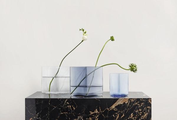 """Ich empfehle eine kleine, mittlere und große Vase, die gut zusammenpassen, aber auch einzeln funktionieren. Zum Beispiel Iittalas """"Ruutu""""-Kollektion. Via ittala.com. Ab 129 Euro."""
