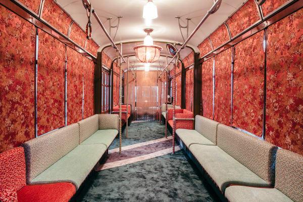 """Im Foyer sind die Vorhänge der sind mit Rubellis """"Goldfinger""""-Stoff, die original Sitzbänke sind mit den Stoffen """"Vello d'Oro"""", """"Beat"""", """"Sabbion"""" und """"Fog"""" bezogen"""