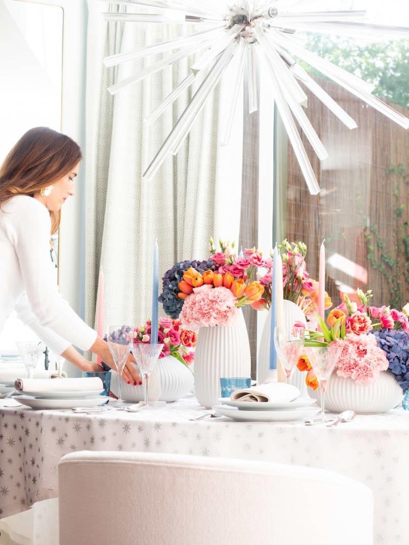 Tischdekoration: Inneneinrichterin Nuria Alia arrangiert Blumen und Pflanzen in unterschiedlichen Vasen
