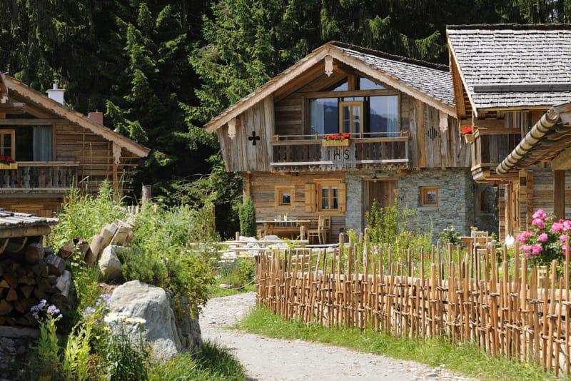 Bergchalet-Sommer-mit-Garten