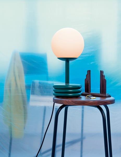"""Runde Sachen: die """"Pluma Lamp"""" auf einem """"Flora Coffee Stool""""."""