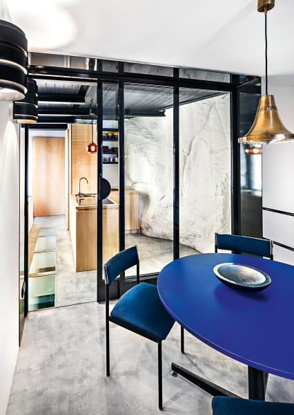 Um den Wohnbereich optisch zu vergrößern, installierte Pasquale Capasso        eine Glaswand zwischen Küche und Wohnzimmer und Fenster im        Boden. Das Licht in der Wohnung kommt aus dem Norden: Die Leuchten        entwarfen Einar Bäckström, Erik Höglund und Hans-Agne Jakobsson.