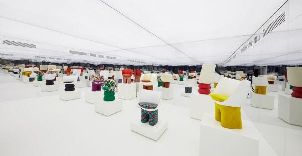 """Invasion! Die Spiegelinstallation der Louis Vuitton-Präsentation macht aus den """"Puppen-stühlen"""" eine kleine Armee. Acht realisierteVersionen, je 1000 Stück, ab 14000 Euro."""