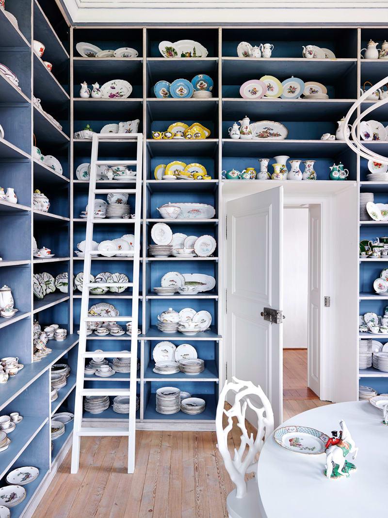 Im Naturzimmer hat Peter Rank jene Service neu arrangiert,  auf denen Motive aus Feld, Wald und Wiese zu sehen sind. Die blassblaue Farbe der Regalfächer ließ er unangetastet.