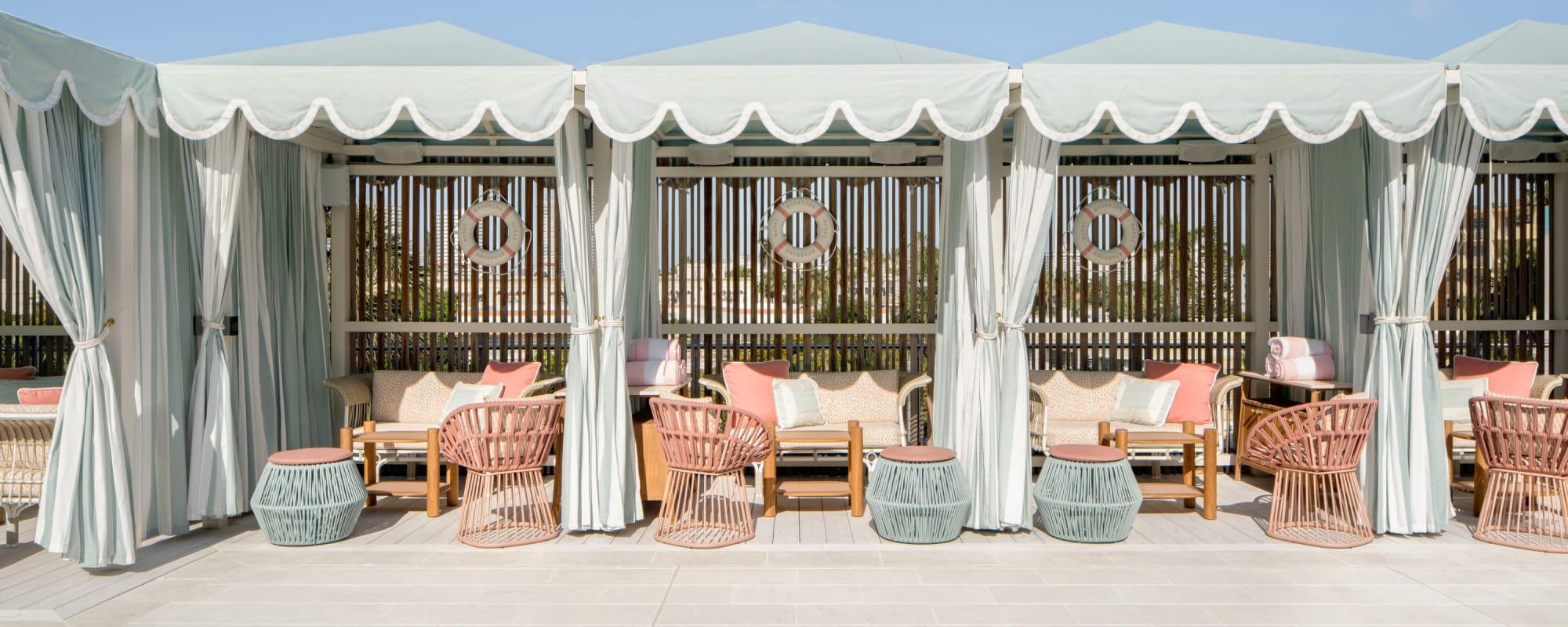Drei Cabanas auf der Terrasse des Goodtime Hotels.