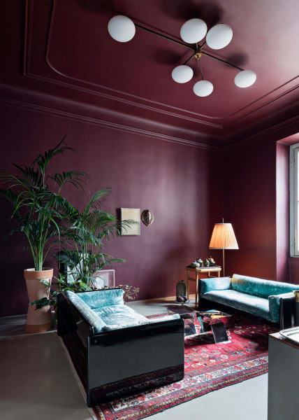 """Für Daniele Daminelli hat das Wohnzimmer eine """"beruhigende Atmosphäre"""": Er selbst entwarf dieSpiegeltischchen, die Deckenlampe imStil von Angelo Lelliist eine Antiquität."""