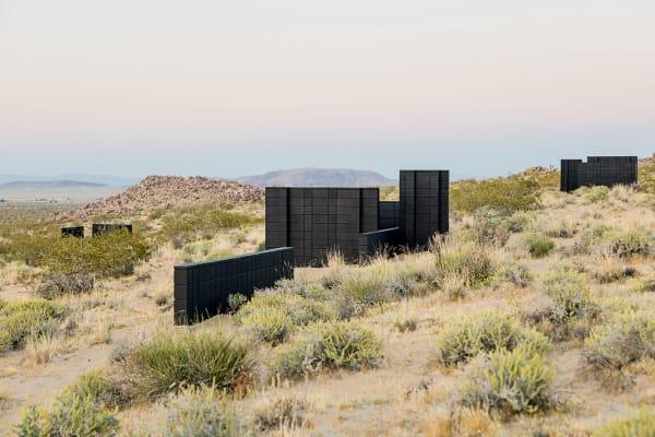 """Müsste man Andrea Zittels Kunst auf eine einzige Form reduzieren, es        wäre das Rechteck. Wie beim """"Tetris""""-Spielen puzzelt sie eckige        Figurationen ineinander. 2017 errichtete sie die """"Planar Pavilions"""" in der Wüste, eine Serie von zehn Außenskulpturen."""