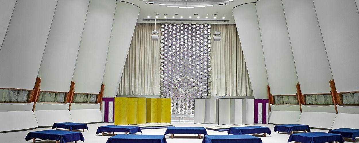 anders als in den brigen versammlungsrumen hielt otani die einrichtung des konferenzsaals - Hausdesign In Weiss
