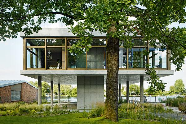 """""""Manche Leute halten unser Haus für das Kontrollzentrum der Wasserschutzpolizei in Treptow!"""" Jedenfalls wirkt der Betonbau mit Glaskubus von Architektin Tanja Lincke so, als gehöre er hierher. Wenn auch Murakamis Blümchen aus dem Schlafzimmerfenster (links) lachen."""
