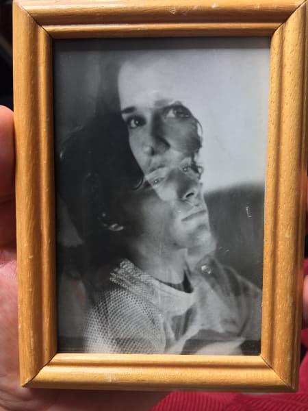 Der Fotograf Stefan Milev vor einem Porträt seiner Mutter.