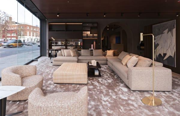 """Sofa """"Paul"""" kann durch eines der fünf Schaufenster auch von außen betrachtet werden, seitlich zum Gehweg steht das Regal """"Grid""""."""