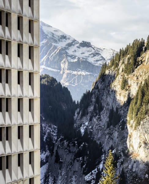 Flaine – verschneite Berge, graue, bauhaustypische Betonwürfel und Skifahrer in ihrem Element. Informationen unter:flaine.com