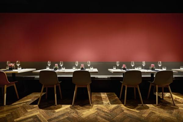 Die Farbkombination vom Boden, Möbel und Wand erinnert an einer südafrikanischer Landschaft.