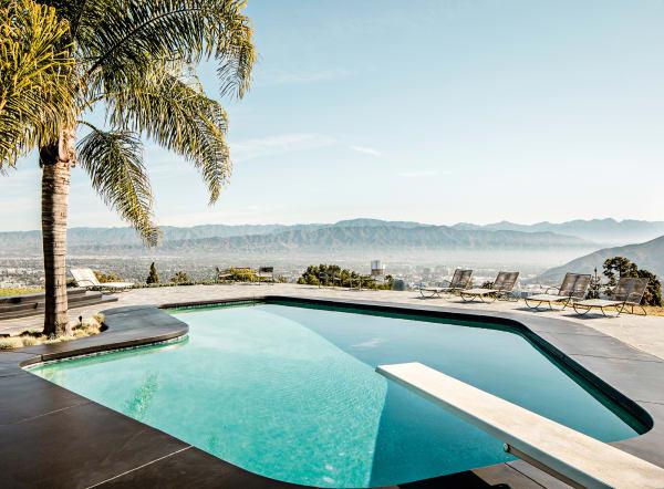 Blick auf den Poolund die San Gabriel Mountains. Harpel House gehört Haddawy seit 2006; der aufwendige Rückbau nahm gut zwei Jahre in Anspruch.