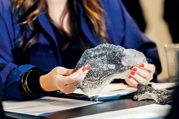 """Auch Materialstudien gehören zu den Entwürfen der Finalisten: """"Bio.Scales"""", ein 3D-gedrucktes CO2-Filtersystem, daneben Möbeldesigner Philippe Malouin mit dem robotergefertigten Filzwerkstoff """"Feltscape"""", der vor allem zur Schalldämmung in Innenräumen dienen soll."""