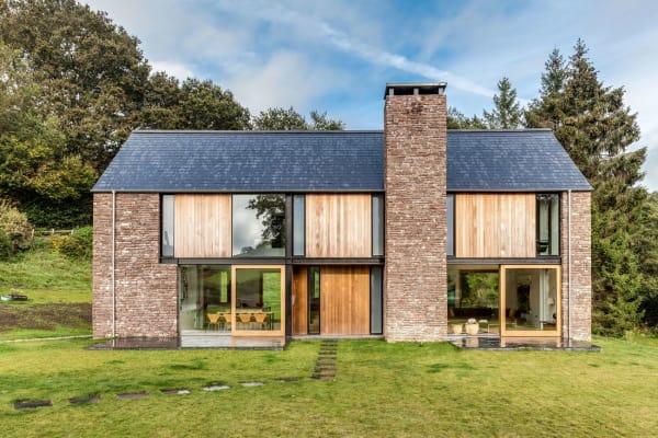 Dank der abgeschiedenen Lage im Tal von Monmouthshire konnten Hall+Bednarczyk Architects großflächige verschiebbare Glaspanelle einsetzen.