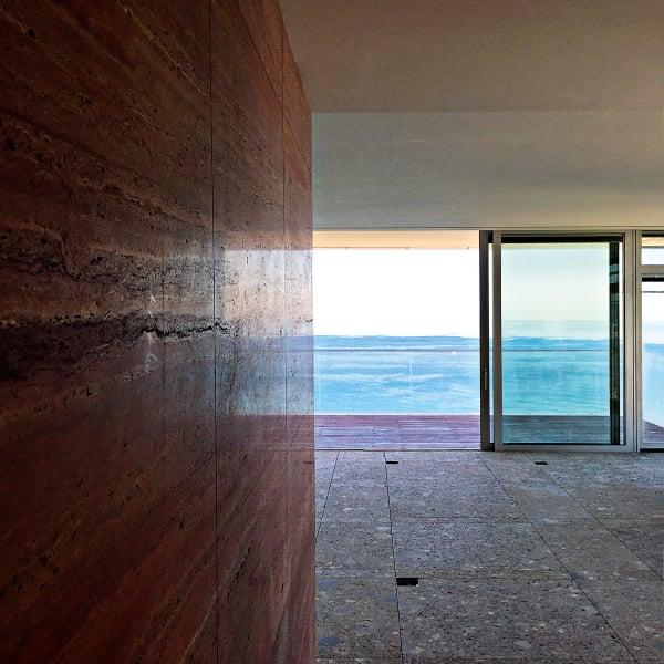 """2037: """"Wie wir in 20 Jahren leben werden? Mit viel weniger Möbeln, dafür mit natürlichem Licht und ebensolchen Materialien. Wir müssen unseren Ener- giekonsum drastisch einschränken. Das Apartment, das ich gerade in Tel Aviv gestaltet habe"""", sagt Yovanovitch, sei die Blaupause dazu. Wie Meer, Himmel und Licht in den Raum fluten und sich in den Oberflächen spiegeln, ist doch schon die halbe Einrichtung."""