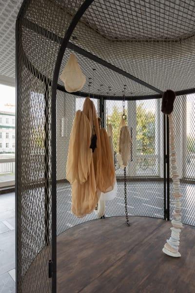 Der Schinkel Pavillon holt das Spätwerk der großen Künstlerin Louise Bourgeois nach Berlin. Die Ausstellung widmet sich Bourgeoissac forms. Prall gefüllt oder schlaff herabhängend stehen sie für das Werden und Vergehen des weiblichen Körpers und der Rolle der Frau. Neben den berühmten raumgreifenden Zellen setzen sich weitere Skulpturen und Aquarelle mit der tabuisierten körperlichen wie psychologischen Erfahrung von Schmerz und Leid auseinander. Die kellerartigen Gewölbe des Schinkel Pavillons machen die eindringliche, unmittelbare Wirkung von Bourgeois Arbeiten noch drastischer. Nicht verpassen!
