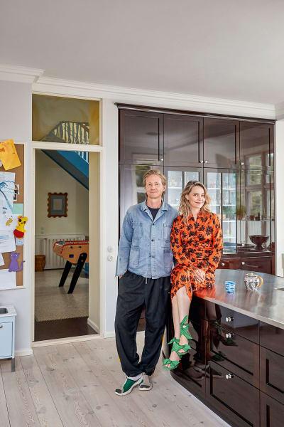 In ihrem Haus setzen Ditte und Nicolaj Reffstrup um, was sie auch mit        ihrer Modemarke Ganni anstreben: die farbenfrohe Seite Skandinaviens zu        zeigen. In der großen Küche – Lieblingsort ihrer fünfköpfigen Familie – treffen Einbauten in dunklem Mahagoni auf Pastelltöne.