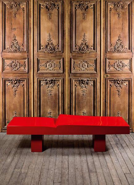 Cante-Pacos' Bänke (Eiche und roter Lack) sind die einzigenSkulpturen, die er ohne Sockel fertigte.