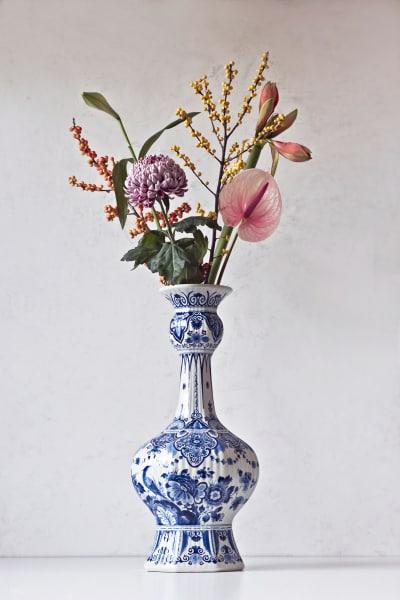 Königlich! Schon vor rund 400 Jahren importierte die holländische Kolonie chinesisches Porzellan in die Niederlande. Inspiriert von der asiatischen Tischkultur stellten die Töpfereien von Delft eine niederländische Version des blau-weißen Porzellans her. So entstand die Ikone Hollands: das Delfter Blau. In der Provinzstadt gab es im 17. Jahrhundert zahlreiche Töpfereien – bis heute übrig geblieben ist nur Royal Delft. Und: Das holländische Traditionshaus feiert dieses Jahr seinen 365. Geburtstag.