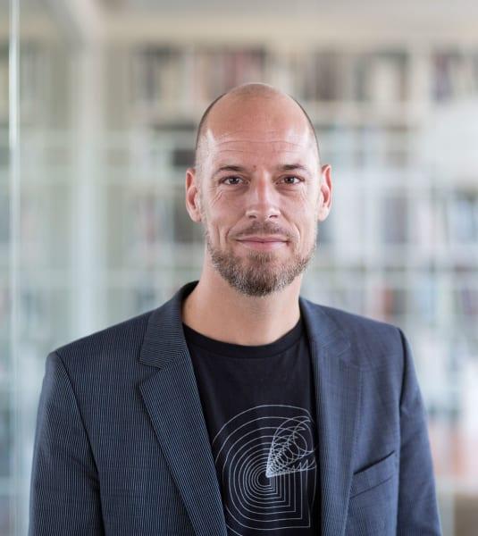 Kasper Pilemand ist ein erfahrener Designer und Projektmanager mit hohem fachlichen Niveau und bewährter Routine, der strategisch und analytisch mit den besonderen Anforderungen von Transformationsaufgaben bei der Potenzialermittlung arbeitet.