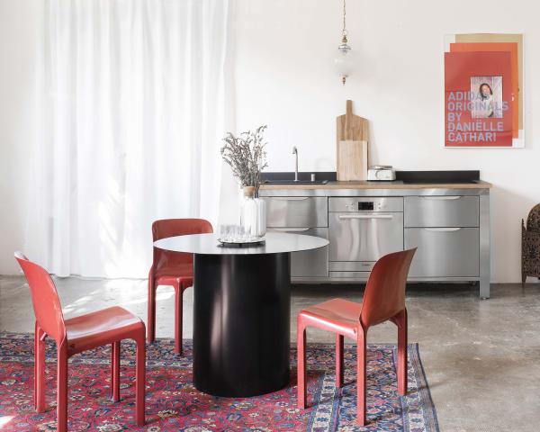 Das 3er-Modul aus unbehandeltem Edelstahl, dessen Optik an eine klassische Werkstatteinrichtung erinnert, lässt sich für mehr Wohnlichkeit mit einer Arbeitsplatte aus Birken- oder Buchenholz kombinieren.